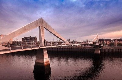 Building bridge not walls . . . #scotland #scotland_greatshots #glasgow #glasgowbuildings #tradestonbridge #bridges_aroundtheworld #connectingpeople #goldenhour #travelphotography #travelholic #photographyisart #photographylover #photographyislife #photoo