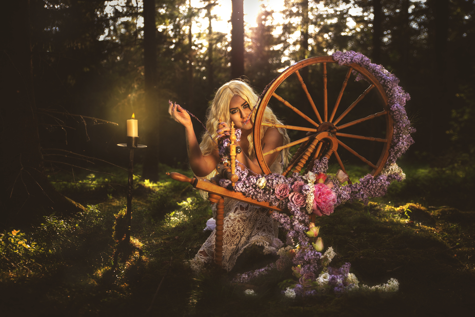 Spinning flowers  Model and Make up: Charlotta Cederborgh Floristdesign: Klara Kågefors Photogra...