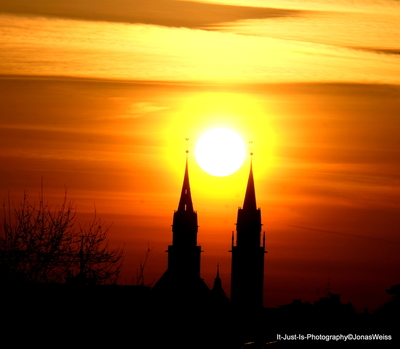 Sunrise between the towers of St. Lorenz, Nuremberg
