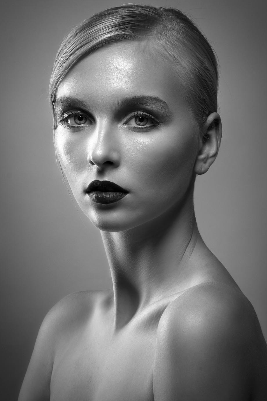 Bea by melamelassa - Black And White Female Portraits Photo Contest