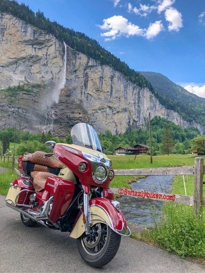 Here is one more from my Indian Roadmaster and my hometown #lauterbrunnen in the #lauterbrunnenvalley with the famous #staubbach #staubbachfall in the background.