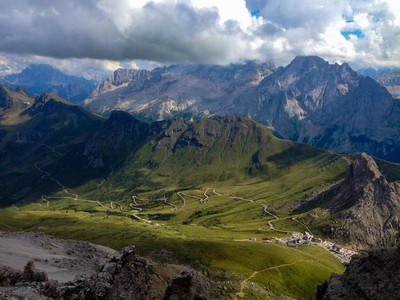 From the Sella Group towards the Queen of the Dolomites