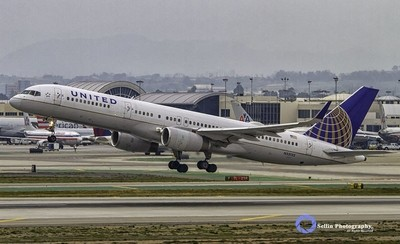 """""""United Airlines 757 takes to the skies"""""""