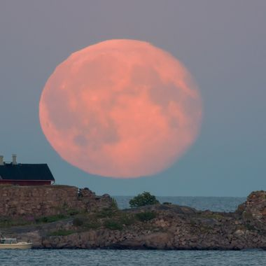 In_the_morning_when_the_supermoon_rises