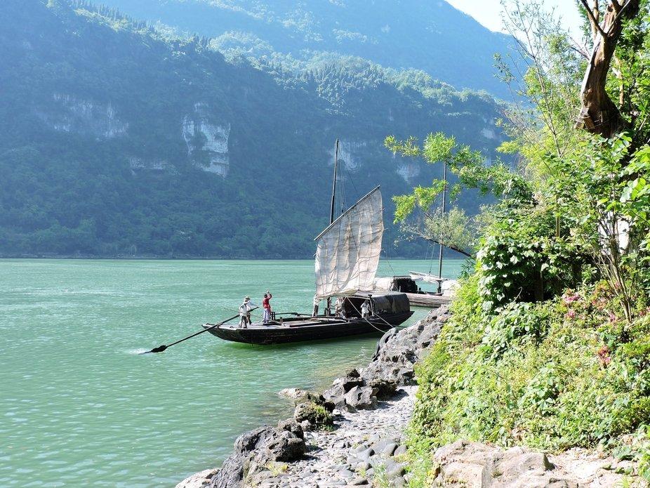 Viejo bote chino con pescadores
