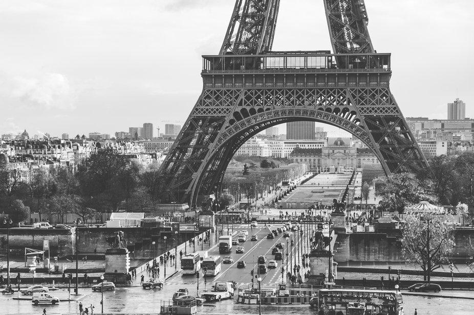 A busy cold winter morning on Paris' Pont D'lena bridge.