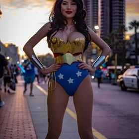 How you're day? #comiccon #wonderwomancosplay #cosplaygirls #sunset_madness #conventioncenter . . . . .  #HypeBeast #vscoportrait #ig_mood #dis...
