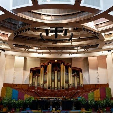 This organ accompanies the Mormon Tabernacle Choir.