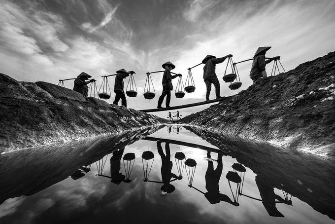 Carrying salt throught the dike by hoivn - Our World In Black And White Photo Contest