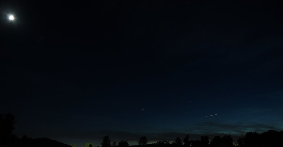 There is a Shooting Star in left side of photo.