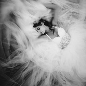 Fine art portrait of a beautiful bride in a beautiful dress.