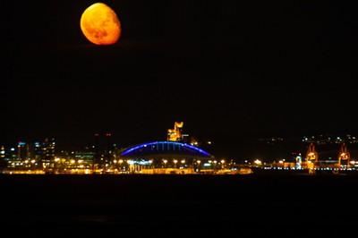 Red-Moon-over-Seahawks-Stadium-jpeg