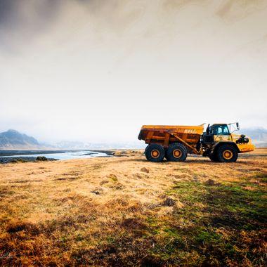 UK: I saw this truck along the south coast to Vík and had to capture the weather with my motif.  GER: entlang der Südküste nach Vík habe ich diesen Truck gesehen und musste die Wetterstimmung mit meine Motiv festhalten.