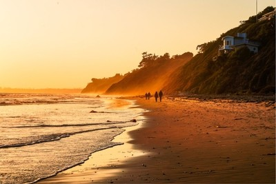 People just standing there, bathing in that orange glow.  those colors and scene make me smile. • • • #santabarbara #roadtrip #california #awesome_earthpix #vacationmode #love #travel #travelholic #getoutside #getoutthere #nature_good #landscapephotograph