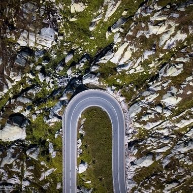 The Grimsel Pass Road is part of the Aare Route. The pass road rises briefly but steeply on the south side, while it rises on the north side with a maximum of 9% and has a length of 26 km. The road runs in a comparatively steep S-curve and in one of the numerous tunnels. A trip to the sports car or Mottorrad is more than worth extremely worthwhile. My recommendation in the summer to drive via Innertkirchen all 3 passes. Grimsel, Furka and Sustenpass (north side) or vice versa, Susten, Furka and Grimsel (south side).  Die Grimselpassstrasse ist Teil der Aare-Route. Die Passstrasse steigt auf der Südseite kurz aber steil an, während sie auf der Nordseite mit maximal 9 % ansteigt und eine Länge von 26 km hat. Die Strasse verläuft in einer vergleichsweise steilen S-Kurve und in einen der zahlreichen Tunnel. Ein ausflug mit dem Sportwagen oder Mottorrad ist mehr als lohnens wert. Meine empfelung im Sommer, via Innertkirchen alle 3 Pässe zu fahren. Grimsel, Furka und Sustenpass (Nordseite) oder auch umgekehrt, Susten, Furka und Grimsel (Südseite).