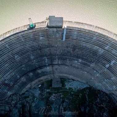 """The dam """"Spitallamm"""" (arch dam, 114 meters high) was completed in 1932. The crown length measures 258m with a barrier volume of 340'000 m³. The Grimselsee is therefore a reservoir in the headwaters of the Aare in the canton of Bern. It is the largest (volume: about 100 million m³) of several neighboring reservoirs, in the Grimsel area.  Die Staumauer """"Spitallamm"""" (Bogenstaumauer, 114 Meter hoch) wurden im Jahre 1932 fertiggestellt. Die Kronenlänge misst 258m mit einem Sperrenvolumen von 340'000 m³. Der Grimselsee ist daher ein Stausee im Quellgebiet der Aare im Kanton Bern. Er ist der größte (Volumen: etwa 100 Mio. m³) von mehreren benachbarten Stauseen, im Grimsel gebiet."""