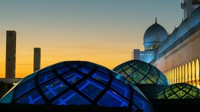 Lightful domes in Abu Dhabi´s famous Mosque