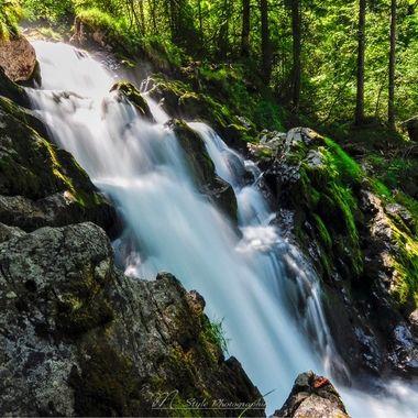 UK: The Giessbach rises in the high valleys and basins of the Faulhorn-Sägistal region and feeds the world-famous Giessbach falls that plunge into Lake Brienz at the boat station. Since the 19th century there has been a footpath that leads to and under the waterfall. The 14 stages of the Giessbach Falls have been named Bernese heroes since the same time.  GER: Der Giessbach entspringt in den Hochtälern und Becken des Faulhorn-Sägistalgebiets und speist die weltberühmten Giessbachfälle, die bei der Schiffstation in den Brienzersee stürzen. Seit dem 19. Jahrhundert gibts einen Fussweg, der zum und unter dem Wasserfall hindurch führt. Die 14 Stufen der Giessbachfälle tragen seit derselben Zeit die Namen bernischer Helden.