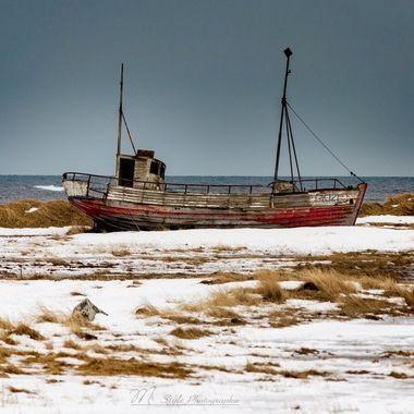The fishing boat in the country is not a tourist attraction, but I liked it when I recognized it from the car. So I had to turn around to take this picture. The weather is not good, but perfect for the mood. The picture was posted along the south coast, in the direction of Vik-Reykjavik.                                 --------------------////////-----------------------  Das Fischerboot auf dem Land ist keine Turistenatraktion, jedoch hat es mir gefallen als ich es vom Auto aus erkannte. Also musste ich umdrehen um dieses Bild zu machen. Das Wetter nicht gut, jedoch perfekt für die stimmung. das Bild entsand an der Südküste entlang, in der richtung Vik-Reykjavik.