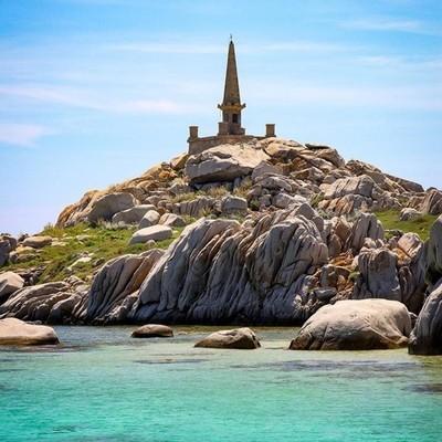 Les îles lavezzi et le monument commémorant le naufrage de la sémillante