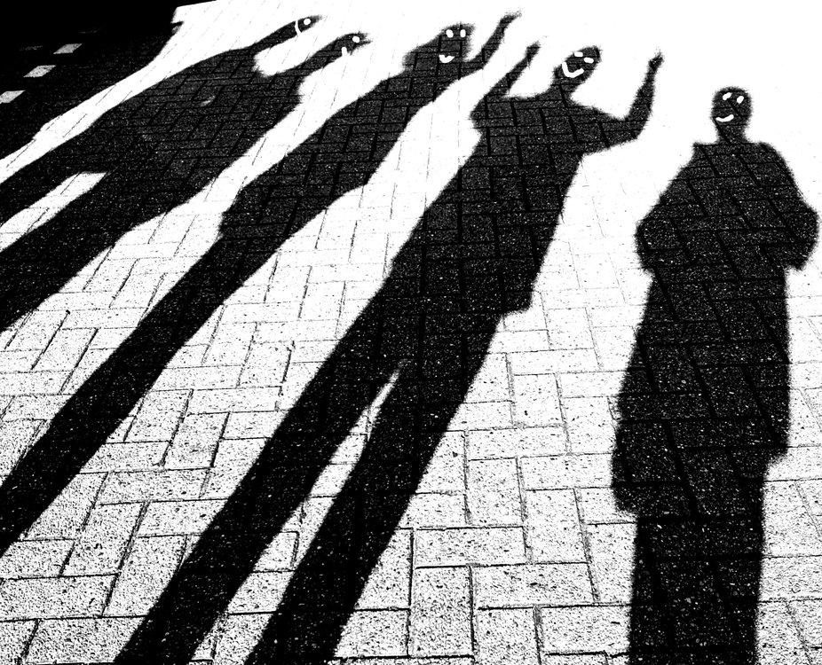 Wir standen auf dem Parkplatz und die Sonne schien und machte dabei Schatten  Spontan sagte ich das doch jeder mal eine Figur machen sollte. Die Gesichter fügte ich hinzu und zauberte mir ein Lächeln ins Gesicht