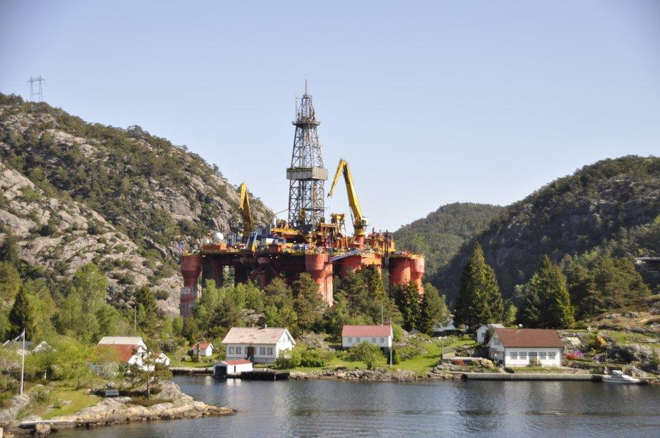 Die Bohrinsel wurde von der Nordsee in die Schergen Norwegens zum Überarbeiten geschleppt weil es dort ruhiger ist