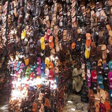 Puesto de venta de calzado en el Zoco de Marrakech (Marruecos)
