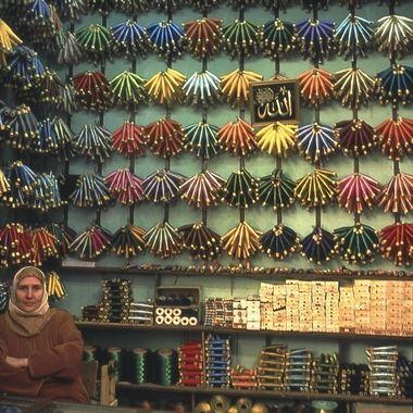 Puesto de hilos para confeccionar Chilabas, en el Zoco de Fez (Marruecos)