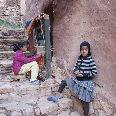 Niñas tejiendo en telar manual en Ouarsasate.Region del Alto Atlas (Marruecos)