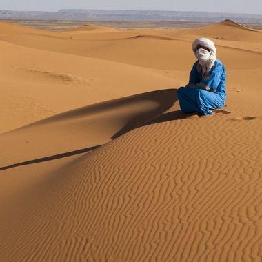 Tuareg (Hombre azul del desierto del Sahara en Merzouga (Marruecos)