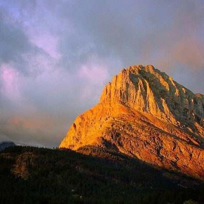 Grinnell point sunrise. . . . . . . . . . . #nps #sunrise #peaksunrise #glaciernationalpark #glacier #nationalgeographic #mountains #montanacolors #montana #manyglacier #swiftcurrent #discovermountains #explore #naturephotography #naturelovers #wildnout #