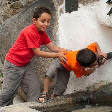 Hermanos bebiendo en una fuente publica de Mogarraz (Salamanca.Spain)