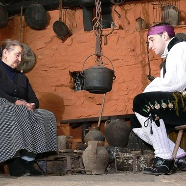 Antigua imagen de la abuela y nieto en la cocina de suelo de una casa tradicional de La Alberca(Salamanca.Spain)