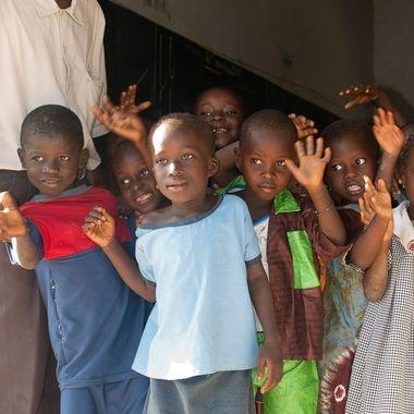 Niños senegaleses, nos despiden despues de una visita de ayuda a su escuela.
