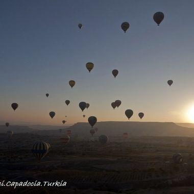 El amanecer suele ser la mejor hora para volar en globo (Falta de termicas y corrientes de aire) Globos sobre la Capadocia (Turquia)