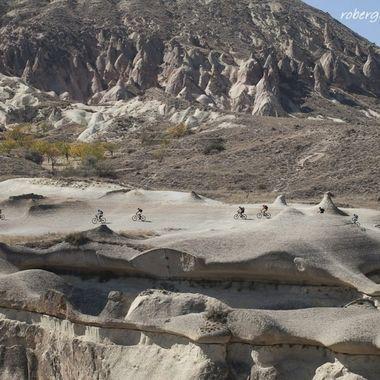 Grupo de excursionistas recorriendo la Capadocia (Turquia) en bicicleta