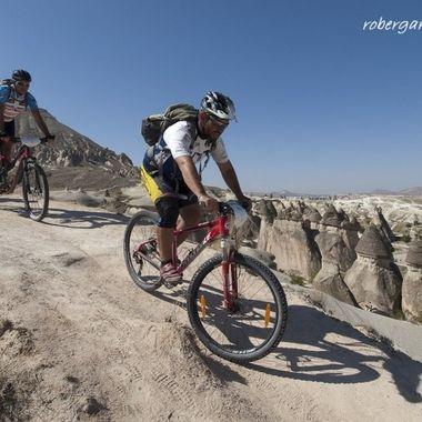 Recorriendo la Capadocia (Turquia en bicicleta). Gran angular para fijar el primer termino y el fondo)