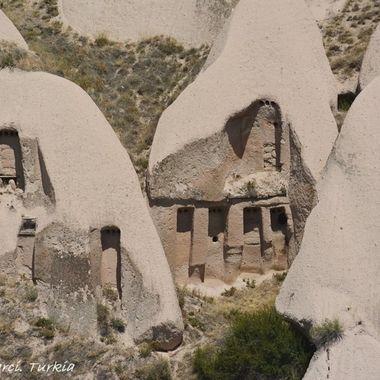 Casas excavadas en la propia  montaña en La Capadocia (Turquia). Estuvieros ocupadas hasta el siglo XIX en el que gobernante Ataturk obligo a su desalojo.
