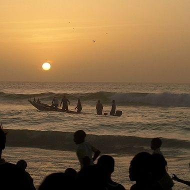Barca de pescadores regresando a puerto en Dakar (Senegal-Africa). A estas horas las playas estan concurridas de la gente local