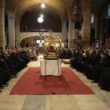 Festividad del Jueves Sto.(Semana Sta.) en La Alberca (Salamanca-Spain).Los hombres con capa velan el sepulcro de Cristo.