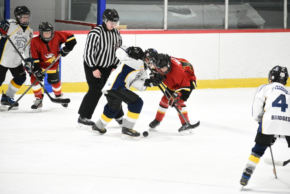 Faceoff during second period of peewee hockey between Embrun Pantheres in white and Casselman Vik...