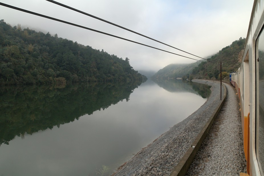 Vista do Comboio na Linha do Douro, em direção ao Porto, entre Arêgos e Mosteirô.