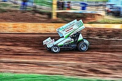 A sprintcar hetting a few hotlaps in.