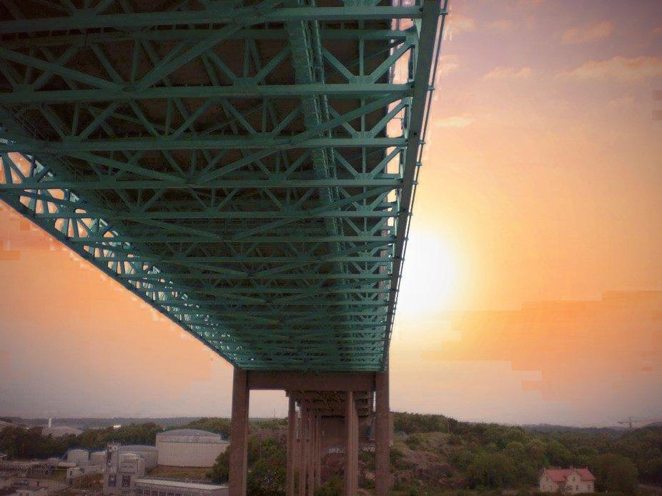 Wenn man unter dieser Brücke durchfährt summt es wie ganz viele Bienen. Das kommt vom Bau der Brücke