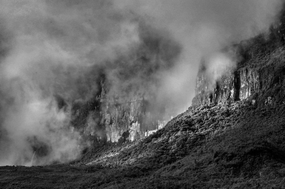 El imponente Monte Roraima no espera cubierto de espesa niebla.