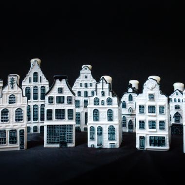 ceramic houses filled with jenever, gift for business class passengers who fly KLM