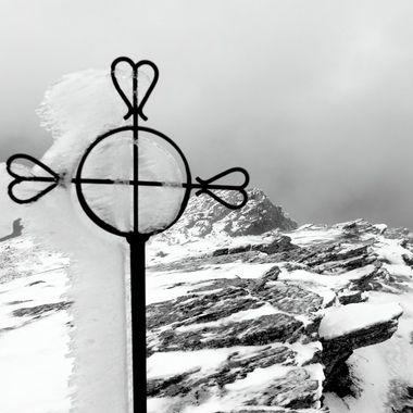Cima de La Peña de Francia con nieve y viento (Blanco y Negro)