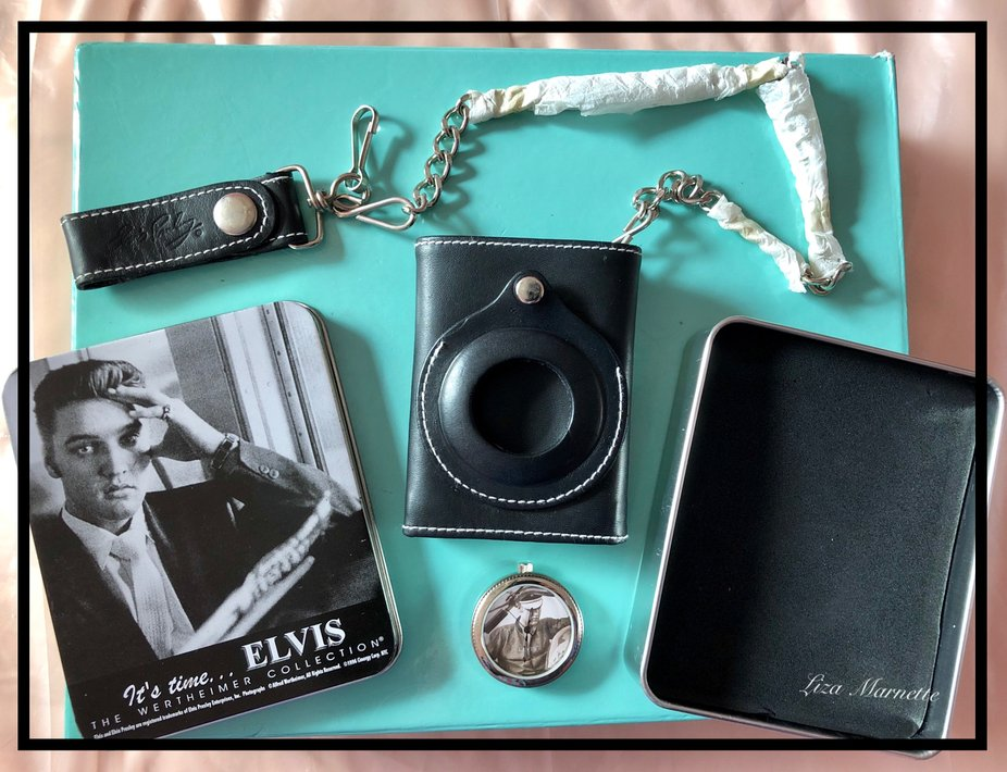 Commemorative wallet in tin featuring Elvis Pressley. The King of Rock n' Roll.