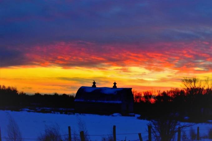 Caught this beautiful sunset over an old barn last week D3400 18-55 lens vivid
