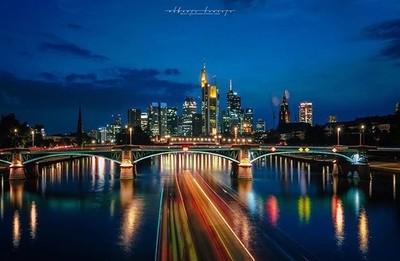 Viaje a la selva negra, bonito skyline de la ciudad de Frankfurt